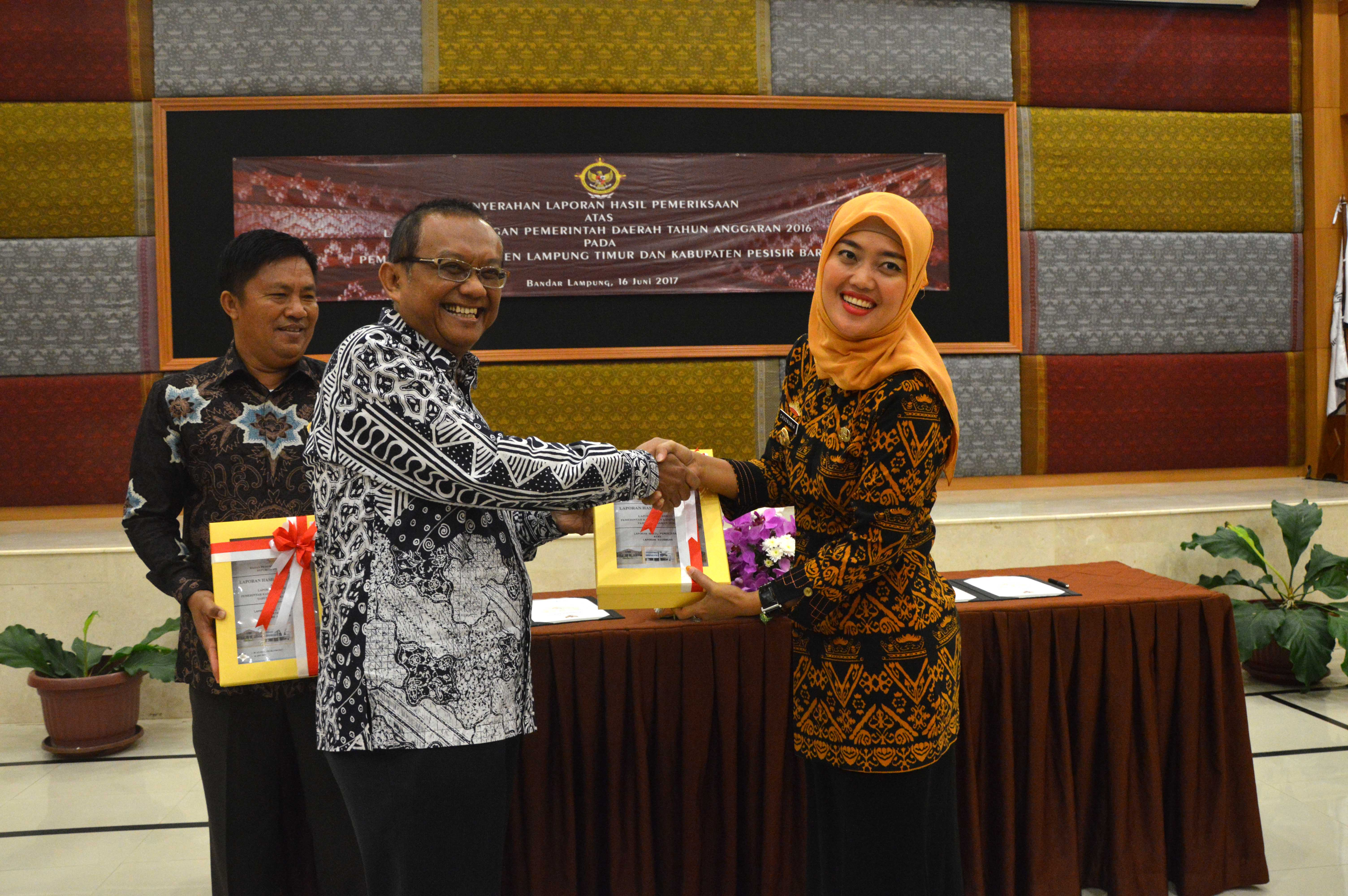 Penyerahan LHP atas LKPD Pemerintah Kabupaten Lampung Timur dan Kabupaten Pesisir Barat TA. 2016